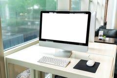Ordinateur sur la table dans le bureau, espace de travail Photos stock