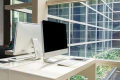 Ordinateur sur la table dans le bureau, espace de travail Image libre de droits