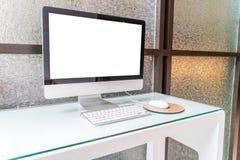 Ordinateur sur la table dans le bureau, espace de travail Photo libre de droits