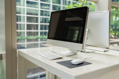 Ordinateur sur la table dans le bureau, espace de travail Images libres de droits