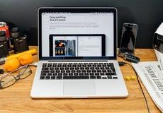 Ordinateurs Apple aux dernières annonces de WWDC de l'entrave et de la baisse dessus photographie stock libre de droits