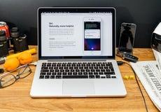 Ordinateurs Apple aux dernières annonces de WWDC du nouveau transla de Siri Photos libres de droits