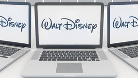 Ordinateurs portables avec le logo de Walt Disney Pictures sur l'écran Rendu conceptuel de l'éditorial 3D d'informatique Image stock