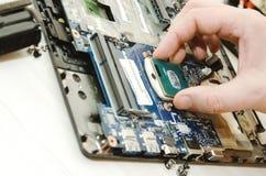 Ordinateurs portables de réparation, plan rapproché des mains et vieil ordinateur démantelé image stock