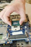 Ordinateurs portables de réparation, plan rapproché des mains et vieil ordinateur démantelé photos stock