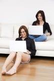 ordinateurs portatifs d'amis utilisant photo stock