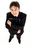 Ordinateurs portatifs de sourire de fixation d'homme d'affaires à disposition Photographie stock libre de droits