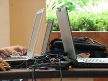 Ordinateurs portatifs sur la table Photos libres de droits