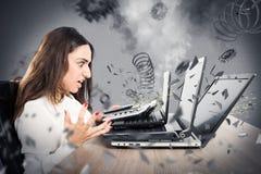 Ordinateurs utilisés surchargés de femme d'affaires Photographie stock