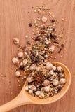 Ordinato delle spezie in pepe nero del cucchiaio di legno, pepe bianco, Immagini Stock