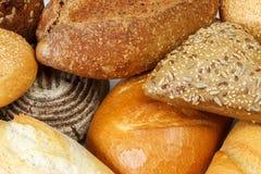 Ordinato di pane fresco e dei panini vicino su fotografia stock