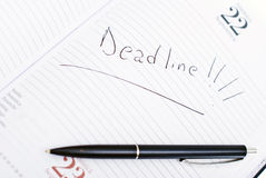 Ordine del giorno con la data e la penna di scadenza Fotografie Stock Libere da Diritti
