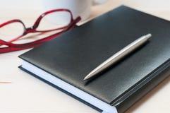 Ordine del giorno, penna e vetri su una tavola di legno Fotografie Stock
