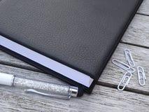 Ordine del giorno, stilo e paperclips Immagine Stock