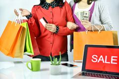Ordine online di acquisto, amici delle donne di Shopaholic che tengono i contanti dei soldi e la carta di credito, segno dell'ins Immagine Stock Libera da Diritti