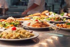 Ordini dell'alimento sul tavolo da cucina Fotografia Stock