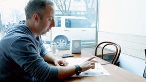 Ordini dell'uomo in un ristorante del caffè Fotografia Stock Libera da Diritti