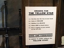 Ordini per l'avviso ebreo della stella gialla ricreato a partire dall'era nazista Germania fotografia stock libera da diritti