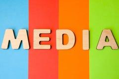 Ordmassmedia som komponeras av bokstäver 3D, är i bakgrund av 4 färger: blått rött, apelsin och gräsplan Begrepp av massmedia som Fotografering för Bildbyråer