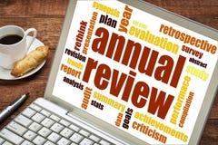 Ordmoln för årlig granskning på bärbara datorn arkivbilder