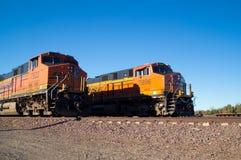 Ordna till, få uppsättningen och GÅ för två inga lokomotiv för BNSF-fraktdrev Royaltyfri Fotografi