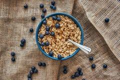 ordna till för att äta Den bästa sikten av mysli bowlar med blåbär arkivbild