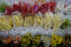 Ordna till för att äta tropiska frukter Fotografering för Bildbyråer