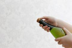 Ordna till för att öppna champagne Arkivbilder
