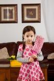 Liten flicka med fjäderdammtrasan fotografering för bildbyråer