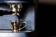 Ordna till för att göra den bästa espresson Royaltyfria Bilder