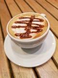 Ordna till för att ha ett läckert kaffe arkivfoton