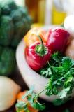 Ordna till för att laga mat peppar och grönsaker Arkivfoto