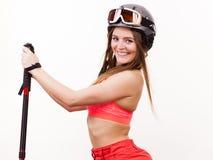 Ordna till för att rida kvinnan som att bära skidar hållande poler för dräkten Royaltyfria Bilder