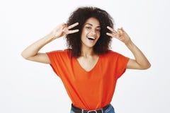 Ordna till för att undersöka positiva sinnesrörelser av i dag Lycklig bekymmerslös attraktiv kvinna med mörk hud och afro frisyre royaltyfria bilder