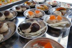 Ordna till för att laga mat kinesisk dim sum för griskött och för räka med variation av toppningar Arkivfoto