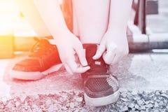 Ordna till till tidvatten för kvinnor för sportbegreppet fett hennes shoues royaltyfria foton