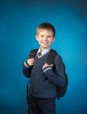 Ordna till till skolan.  Skolpojke med hans påse Fotografering för Bildbyråer