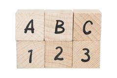 Ordnade användande träkvarter för ABC 123. Arkivbild