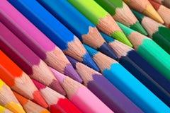 Ordnade färgrika blyertspennor i rad Fotografering för Bildbyråer