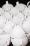 Ordnade koppar för vitt kaffe i modell Fotografering för Bildbyråer