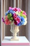 Ordnen Sie Blumen in einem Vase an stockfotos