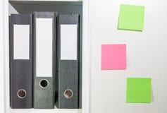 Ordner für Dokumente auf einem Buchregal Stockfoto