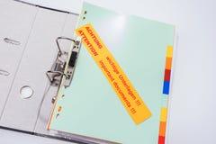 Ordner mit Aufkleber - wichtige Dokumente der Aufmerksamkeit!!! - Englisch und Deutscher stockfotografie