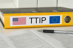 Ordner mit dem Aufkleber TTIP Stockbilder