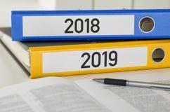 Ordner mit dem Aufkleber 2018 und 2019 stockfoto