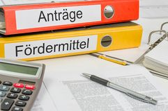 Ordner mit dem deutschen Aufkleber Antraege-und Forrdermittel - Anwendungen und Bewilligungen lizenzfreies stockfoto