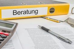 Ordner mit dem deutschen Aufkleber Beratung - beraten lizenzfreies stockbild