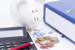 Ordner mit Taschenrechner und Geld Stockfotos