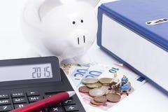Ordner mit Taschenrechner und Geld Stockbilder