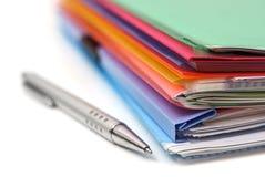 Ordner, Papier und Stift stockbild